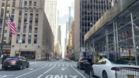 vidéos et rushes de rues vides à manhattan, new york city, pendant la quarantaine covid-19 - route déserte