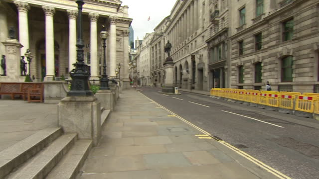 empty streets in the city of london and around the bank of england during the coronavirus outbreak and lockdown - lockdown video stock e b–roll