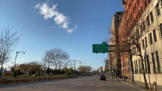 vídeos y material grabado en eventos de stock de calles vacías de nueva york - señal de circulación
