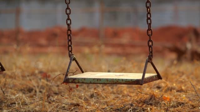 stockvideo's en b-roll-footage met lege swing bij zonsondergang - schommelen bungelen