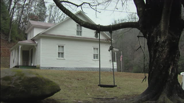 stockvideo's en b-roll-footage met ms empty swing hanging from tree in yard of white house / bob white, west virginia - virginia amerikaanse staat