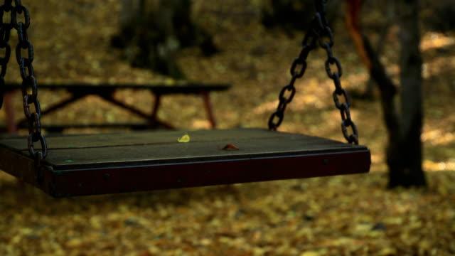 stockvideo's en b-roll-footage met lege swing in de herfst - schommelen bungelen