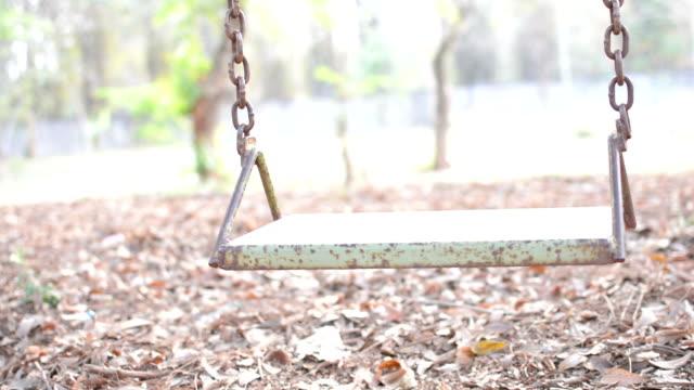 stockvideo's en b-roll-footage met empty swing - schommelen bungelen