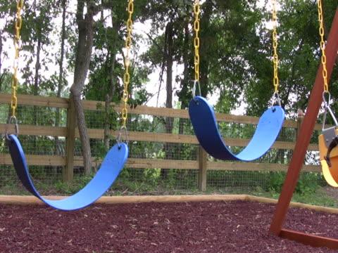 vídeos de stock, filmes e b-roll de vazio balanços em um playground 4 ntsc - grupo pequeno de objetos