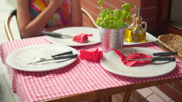 vídeos de stock, filmes e b-roll de jantar de mesa vazia - acabando
