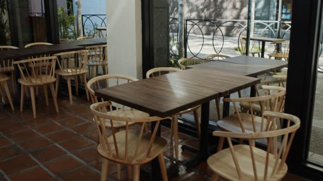vidéos et rushes de tables et chaises vides dans le restaurant - restaurant