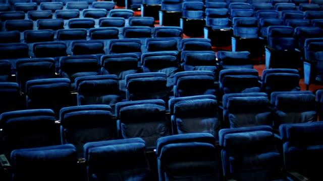 vídeos de stock e filmes b-roll de teatro vazio postos de trabalho. - centro de conferência