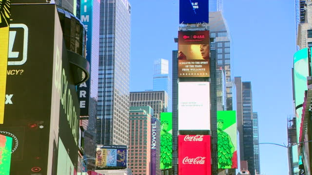empty times square new york during coronavirus outbreak whereby the us has gone on lockdown - inquadratura fissa video stock e b–roll