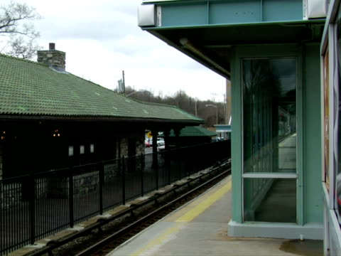 ms, empty train station, chappaqua, new york state, usa - placca di montaggio fissa video stock e b–roll