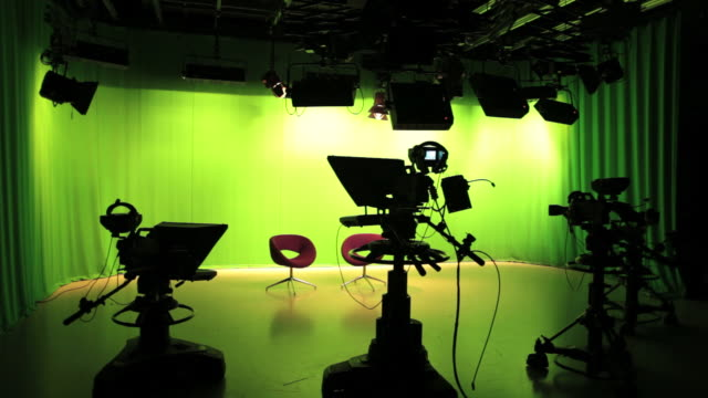 stockvideo's en b-roll-footage met empty tv studio lights switching off - decor
