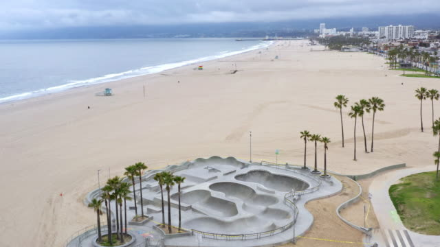 stockvideo's en b-roll-footage met leeg venice beach skateboard park tijdens de covid-19 pandemie - skateboardpark