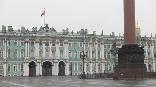 empty view of palace square and state hermitage during non working days in russia on april 6, 2020 in saint-petersburg, russia. russian president... - st. petersburg russia stock videos & royalty-free footage