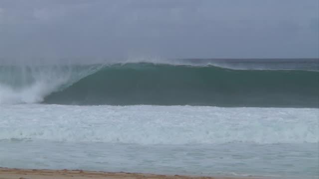 vídeos de stock, filmes e b-roll de empty wave at pipeline 6 - pipeline wave