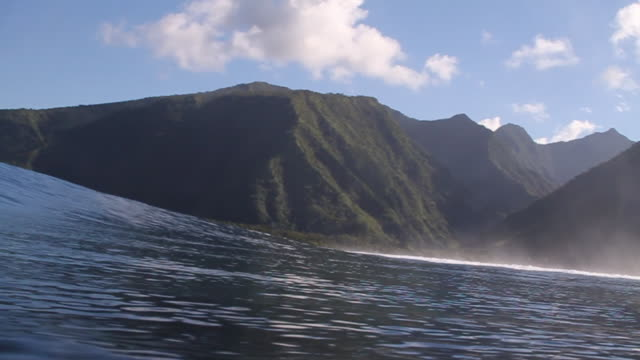 stockvideo's en b-roll-footage met empty wave at teahupoo - tahiti