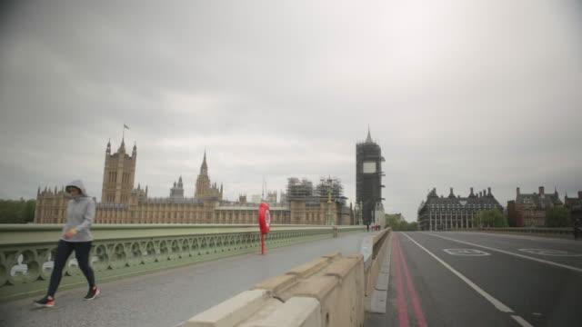 vídeos de stock, filmes e b-roll de empty westminster bridge, london, due to the covid-19 lockdown, may 2020 - câmara parada