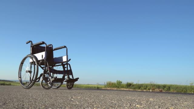 vídeos de stock, filmes e b-roll de vazio cadeira de rodas - cadeira de rodas equipamento ortopédico