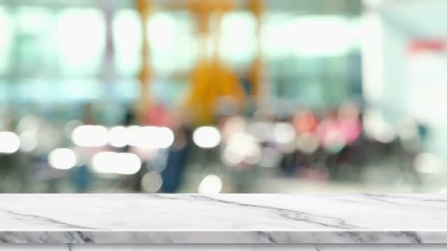 tom vit marmor bordsskiva med oskärpa passagerare på flygplatsen med bokeh ljus bakgrund, bakgrund mall för visning av produkten eller design, gatukök mock upp. - diskbänk bildbanksvideor och videomaterial från bakom kulisserna