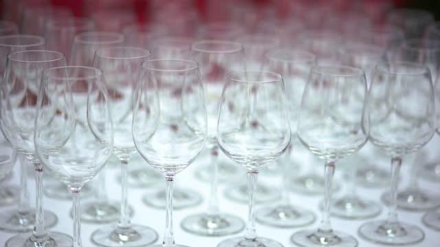 vídeos de stock e filmes b-roll de empty wine glass on the table - copo vazio