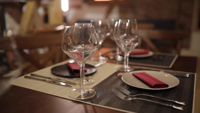 vídeos de stock, filmes e b-roll de copo de vinho vazio no restaurante - mesa de jantar