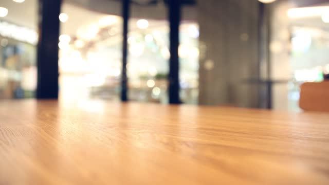 vídeos y material grabado en eventos de stock de tablero de madera vacío con fondo de desenfoque - enfoque en primer plano