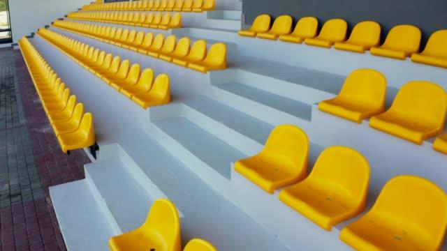 スタジアムの空の黄色い座席 - スタンド席点の映像素材/bロール