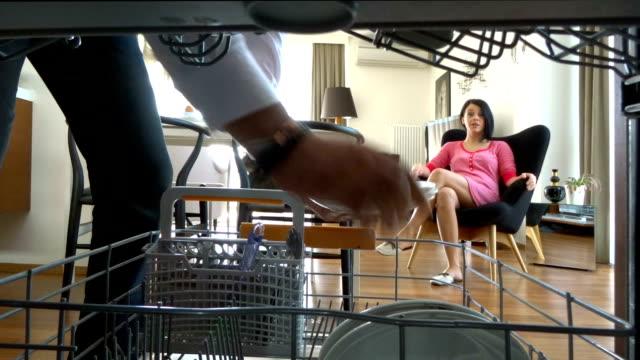 vidéos et rushes de vider le diswasher - lave vaisselle
