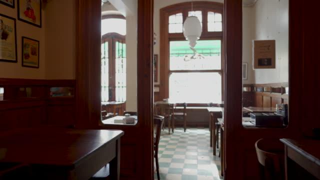 vídeos de stock e filmes b-roll de emty coffee shop interior - vazio