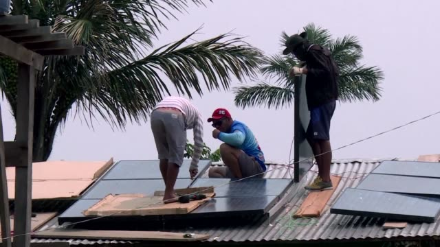 en alejadas comunidades de la amazonia brasilera la energia electrica empieza a dejar de ser un lujo gracias a paneles solares instalados en algunas... - gasolina stock videos & royalty-free footage