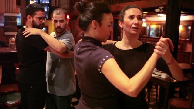 vídeos de stock e filmes b-roll de en argentina el tango queer se baila sin importar el sexo de la pareja con un audaz viceversa de roles simplemente por el placer de bailar - bailar