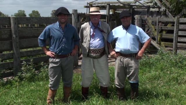 vídeos de stock e filmes b-roll de en argentina la mitica figura del gaucho se ve amenazada por el cultivo de soja que avanza en desmedro de la cria de ganado. voiced : gauchos... - gaúcho