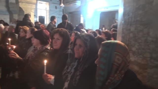 vídeos de stock, filmes e b-roll de en bartalla cerca de la ciudad de mosul los cristianos celebraron nochebuena el sabado con su primera ceremonia religiosa desde que su pueblo fue... - irak