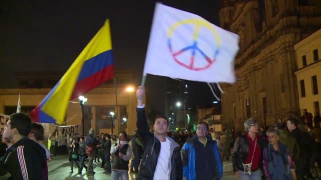 en bogota los colombianos celebraron el sabado la firma de un nuevo acuerdo de paz con las farc luego de que el pacto sellado el pasado 26 de... - estrecho stock videos and b-roll footage
