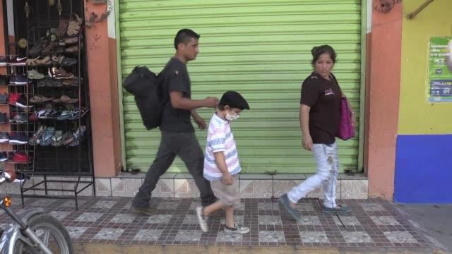 vídeos y material grabado en eventos de stock de en busca de un milagro para salvar a su pequeno hijo de un cancer terminal una pareja de hondurenos ingreso a mexico por la frontera con guatemala... - ee.uu