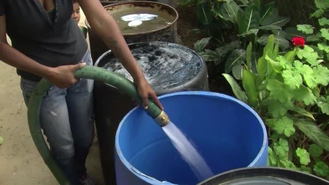 en caracas la inclemente sequia y una deteriorada infraestructura han convertido el agua potable en un tesoro - agua stock videos & royalty-free footage