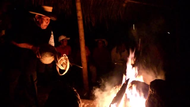 en colombia los ninos soldado de la etnia nasa que huyeron de la guerrilla tienen un programa de reinsercion social basado en su cultura indigena una... - etnia stock videos and b-roll footage