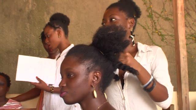 vídeos y material grabado en eventos de stock de en costa de marfil llevar el pelo crespo es una rareza voiced : costa de marfil: en defensa del pelo natu on march 07, 2014 in abidjan, ivory coast - llevar