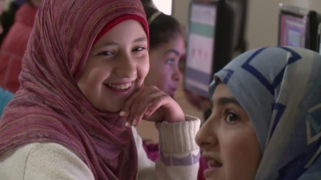 en el campamento de yayladagi en turquia a solo cinco kilometros de la frontera con siria 300 ninos concurren a diario a la escuela voiced ninos... - diario stock videos and b-roll footage