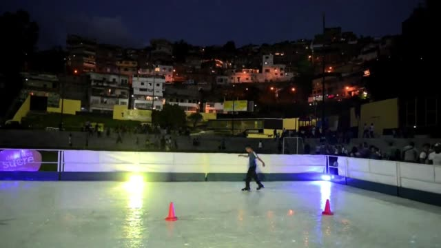 en el caribe venezolano donde la temperatura minima es de alrededor de 20 grados celsius el ayuntamiento de sucre construyo una pista de hielo... - pista de hielo stock videos and b-roll footage