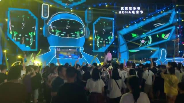 en el corazón de china, su ciudad fue la primera del planeta en estar en cuarentena. pero ahora los habitantes de wuhan disfrutan el regreso a una... - planeta stock videos & royalty-free footage