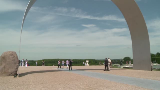 en el corazon de versalles una instalacion moderna rompe con la arquitectura barroca para mostrar el arte del coreano lee ufan - escultura stock videos & royalty-free footage