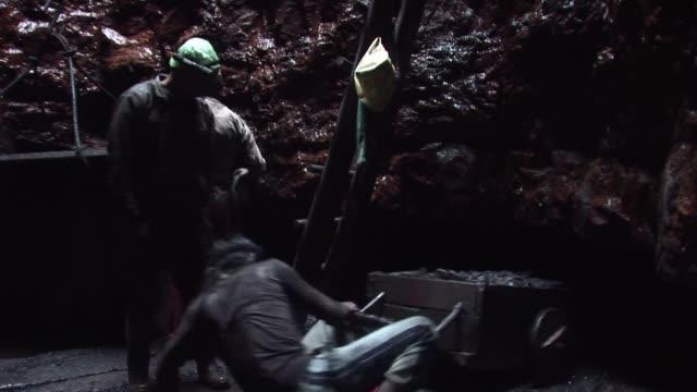en el noreste de india miles de ninos trabajan en minas subterraneas conocidas como ratoneras victimas de la lucrativa industria del carbon sin... - minas stock videos and b-roll footage