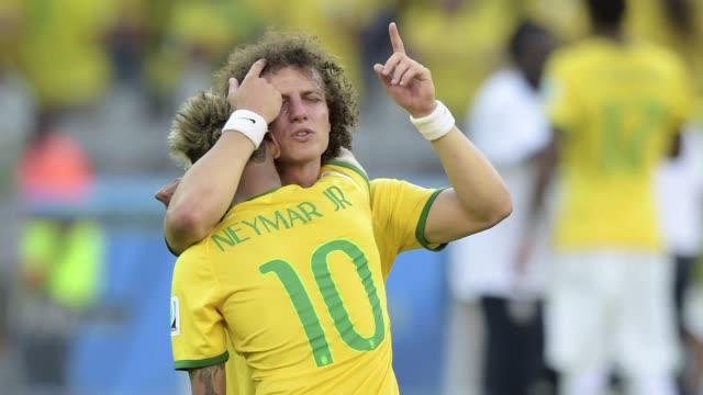 en el partido entre brasil y chile se vio a los jugadores de la canarinha bajo una enorme presion - 2014 video stock e b–roll