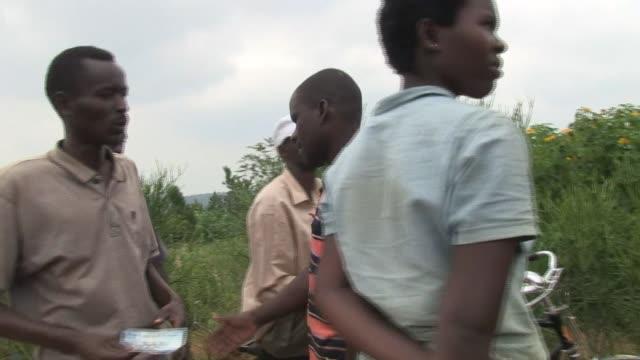 en el pueblo de la reconciliacion victimas y verdugos conviven puerta con puerta veinte anos despues del genocidio de ruanda - executioner stock videos and b-roll footage