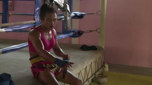 En el ring lleva pintados los labios y un sujetador rosa la tailandesa Nong Rose con patadas devastadoras sera la primera boxeadora transexual que...