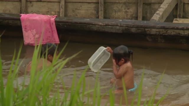 en el territorio tacana se escucha todo el día el ruido de motores de balsas que buscan oro en el rio - día stock videos & royalty-free footage