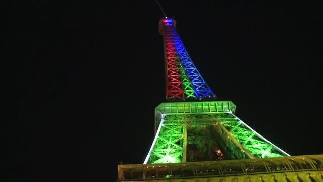 en honor al cumpleanos de nelson mandela la torre eiffel se vistio este jueves con los colores de la bandera de su pais amarillo verde azul rojo y... - azul stock-videos und b-roll-filmmaterial