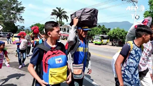 en la ciudad colombiana fronteriza de cucuta migrantes venezolanos sienten tristeza por la division interna en el liderazgo de su pais pero al mismo... - tristeza stock videos and b-roll footage