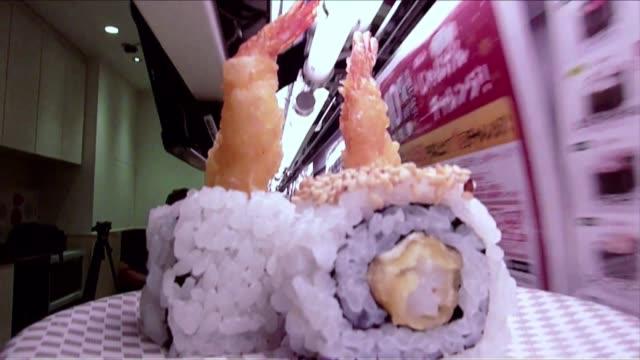 en la cuna del sushi japon los restaurantes que venden esta tradicional comida oriental se ven influenciados y transformados por la alta tecnologia... - comida stock videos & royalty-free footage