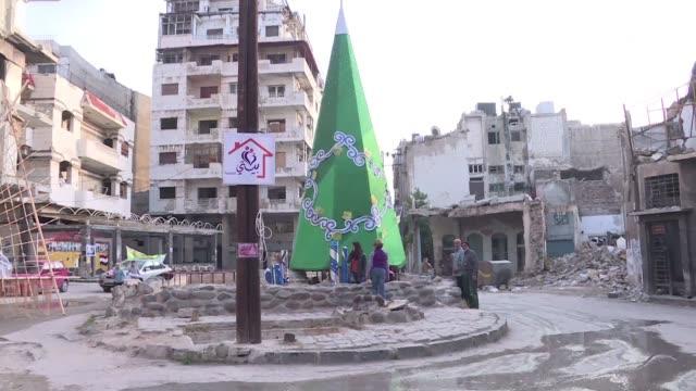 en la devastada ciudad siria de homs sus habitantes levantan un arbol de navidad simbolo del espiritu que poco a poco comienza a despertar entre los... - cristianismo stock videos & royalty-free footage