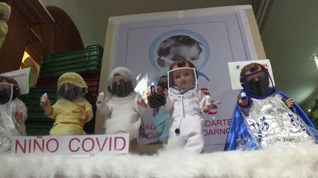 """en la última celebración de la temporada navideña, los mexicanos suelen vestir muñecos que recuerdan al """"niño jesús"""", pero este año una versión... - vestir stock-videos und b-roll-filmmaterial"""